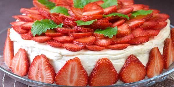 торт из клубники без выпечки